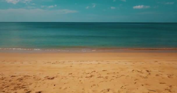 Átrepülnek trópusi homokos strandra néző, kék tenger, óceán víz felett nyári ég háttere süt a nap folyamán. Nyári és utazás nyaralás koncepció