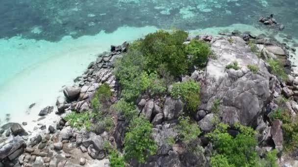 Légi drone kilátás kis trópusi szigeten és a Koh Lipe Sunrise Beach Thaiföld strand alatt napsütéses nyári napon, Thaiföld
