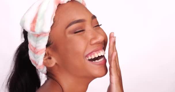 Közeli portréja egy gyönyörű mosolygó boldog nő, tiszta bőr izolált fehér háttér. Kozmetikai kezelések és kozmetikai Spa terápiás koncepció