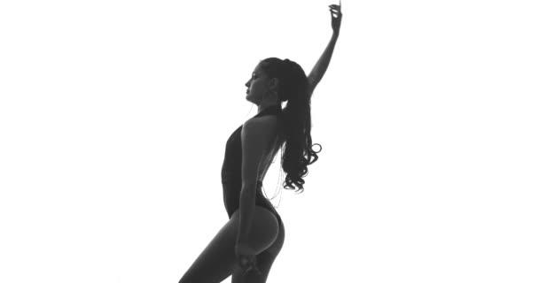 Silhouette einer tanzenden Frau auf weißem Hintergrund