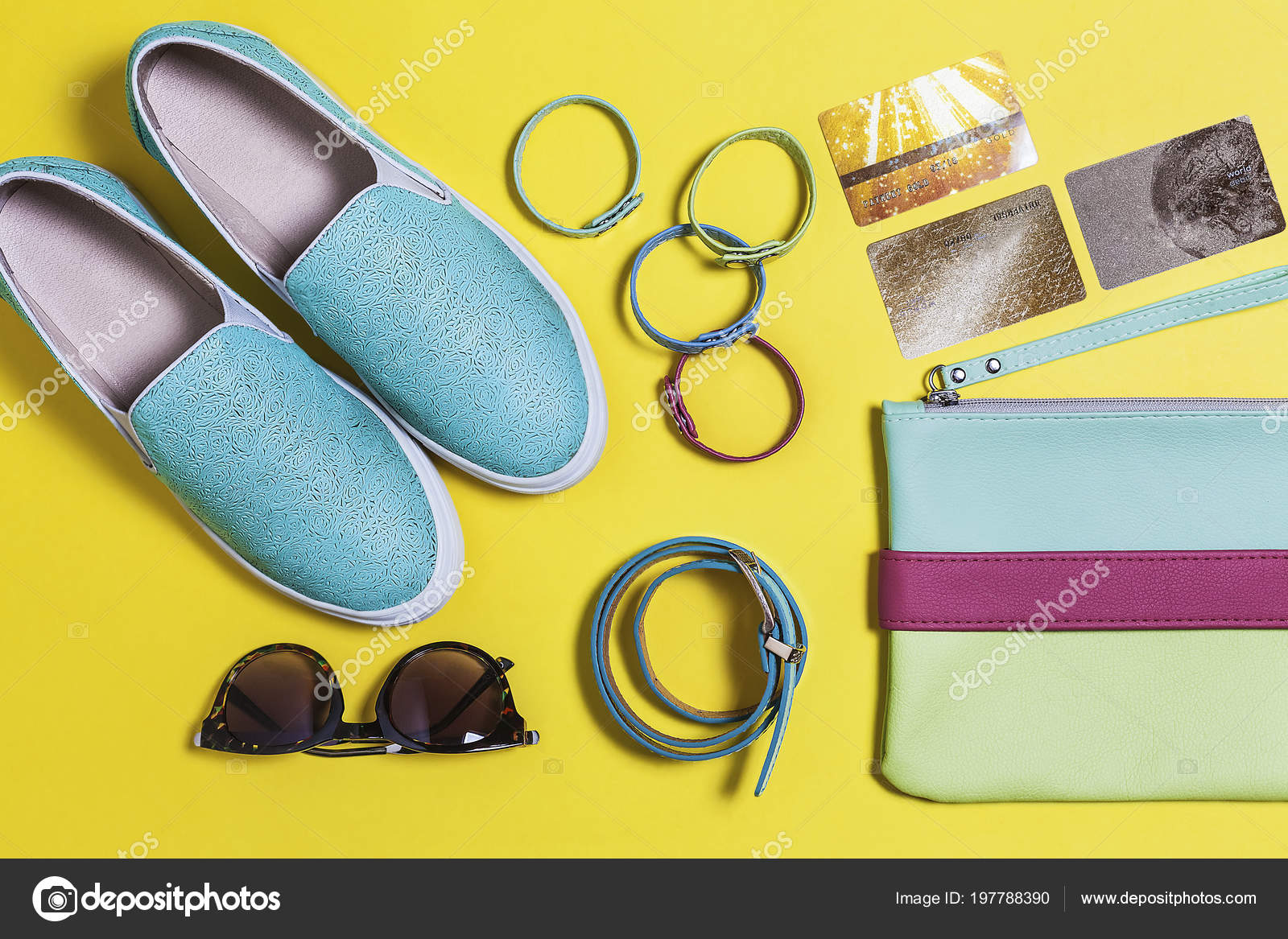 6af0a931cdc5bb Vêtements de hipster élégant pour femme. Lunettes de soleil mode, sac, chaussures  bleu-vert, carte de crédit or et accessoires de couleur.