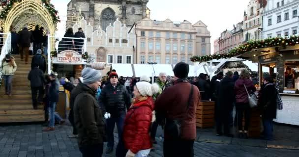 Praha, Česká republika - 9 prosince 2017: národy na slavné adventní vánoční trhy na Staroměstském náměstí vánoční strom v Praze. 9. prosince 2017 Praha, Česká republika