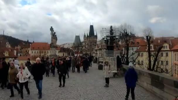 Praha, Česká republika - 8 prosince 2018: dav turistů chůzi podél Karlův most, Praha, Česká republika. Pohled shora chůzi lidí, time warp hyperlapse. 8. prosince 2018 Prague, Czech