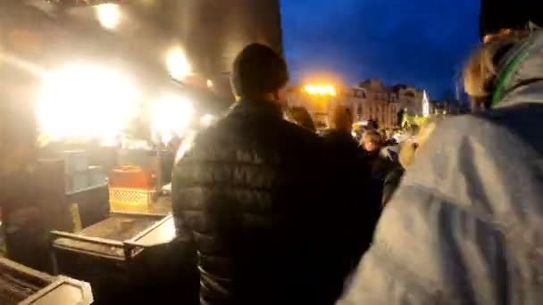 Praha, Česká republika - 8 prosince 2018: národy na slavné adventní vánoční trh ve večerních hodinách na Staroměstské náměstí vánoční strom v Praze. 8. prosince 2018 Praha, Česká republika