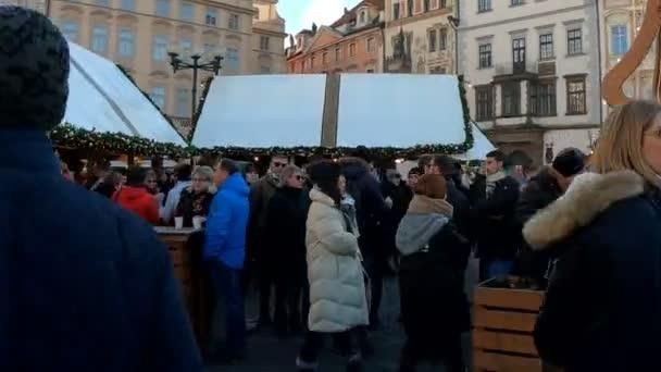 Praha, Česká republika - 8 prosince 2018: národy na slavné adventní vánoční trhy na Staroměstském náměstí vánoční strom v Praze. To je velmi oblíbeným cílem turistů, kteří navštíví Praha. 8. prosince 2018 Praha, Česká republika