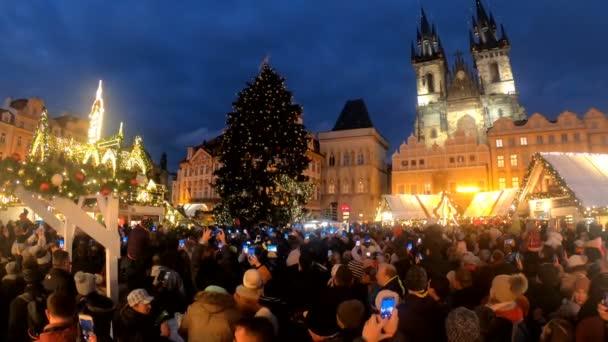 Praha, Česká republika - 8 prosince 2018: národy na slavné adventní vánoční trh ve večerních hodinách na Staroměstské náměstí s osvětlení vánoční strom v Praze. 8. prosince 2018 Praha, Česká republika