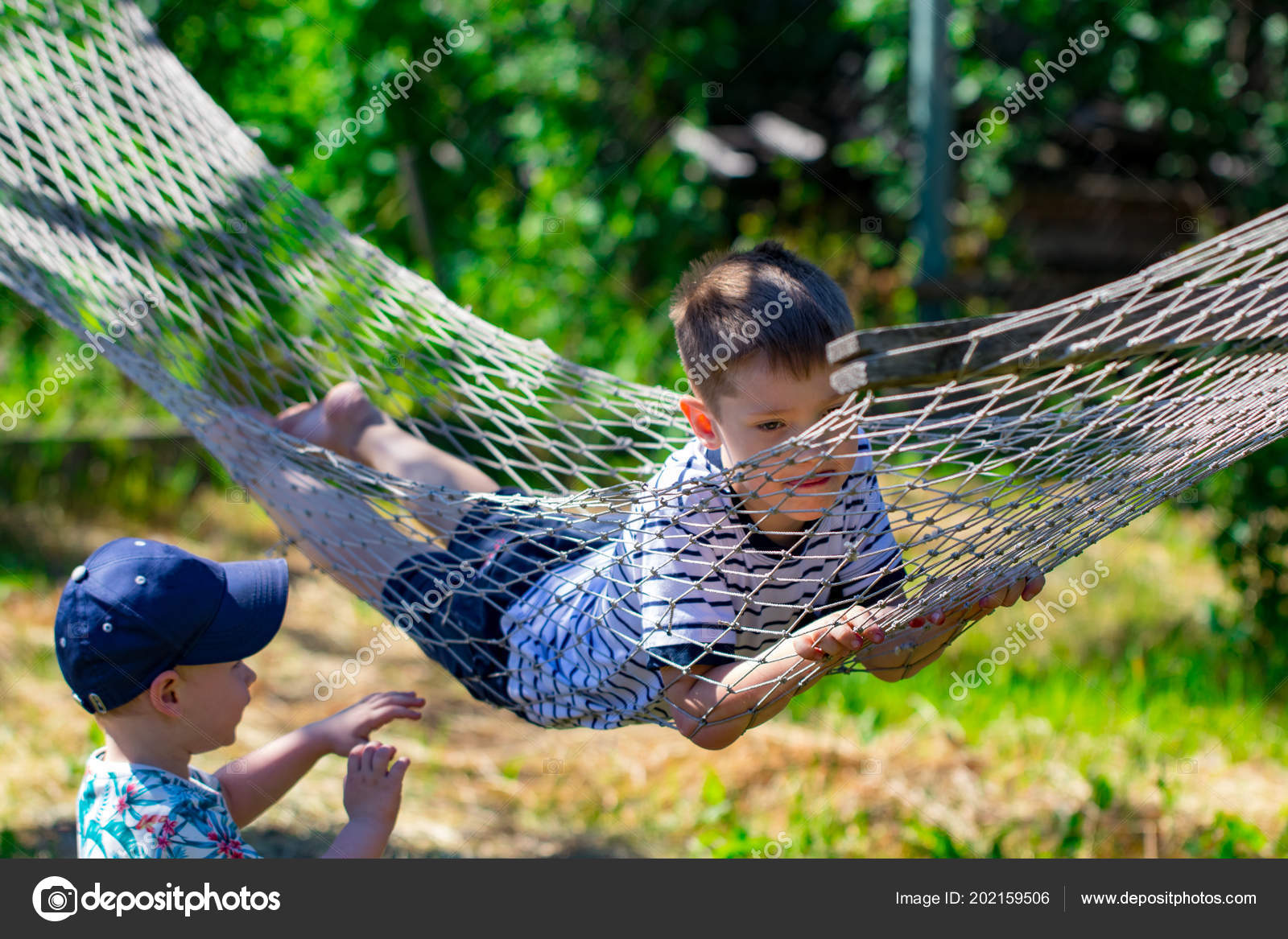 Zwei Jungs Einer Hängematte Garten Stockfoto Alexskp 202159506