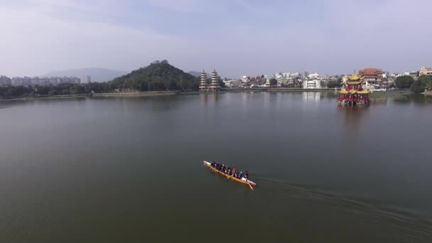 Luftaufnahme des Ruderns Team auf dem Wasser