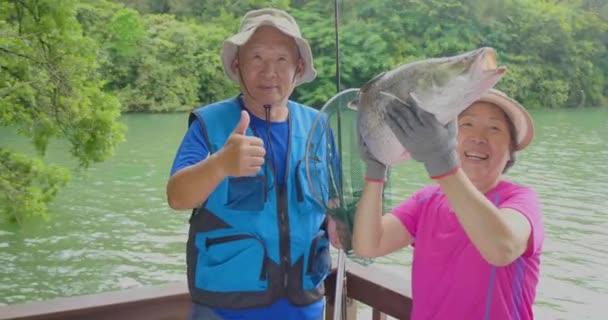 V létě se na jezeře loví starší dva