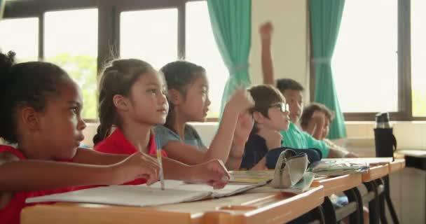 Mosolygós általános iskolás gyerekek az osztályban