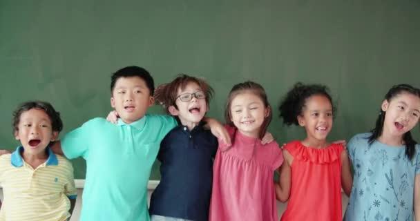 Multiethnische Gruppe von Schulkindern im Klassenzimmer
