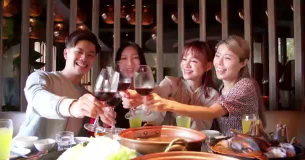 šťastný přátelé baví v horké pot restaurace