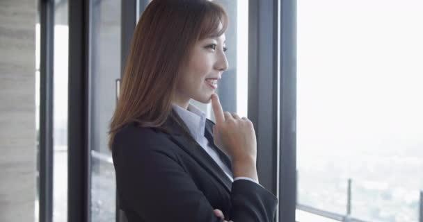 usmívá krásná obchodní žena v kanceláři