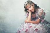 Fényképek gyönyörű kis hercegnő, a rózsás rózsaszín ruha és a kristály