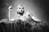 gyönyörű nő retro flapper stílusú fekete-fehér nő foto, üvöltő 20-as évek