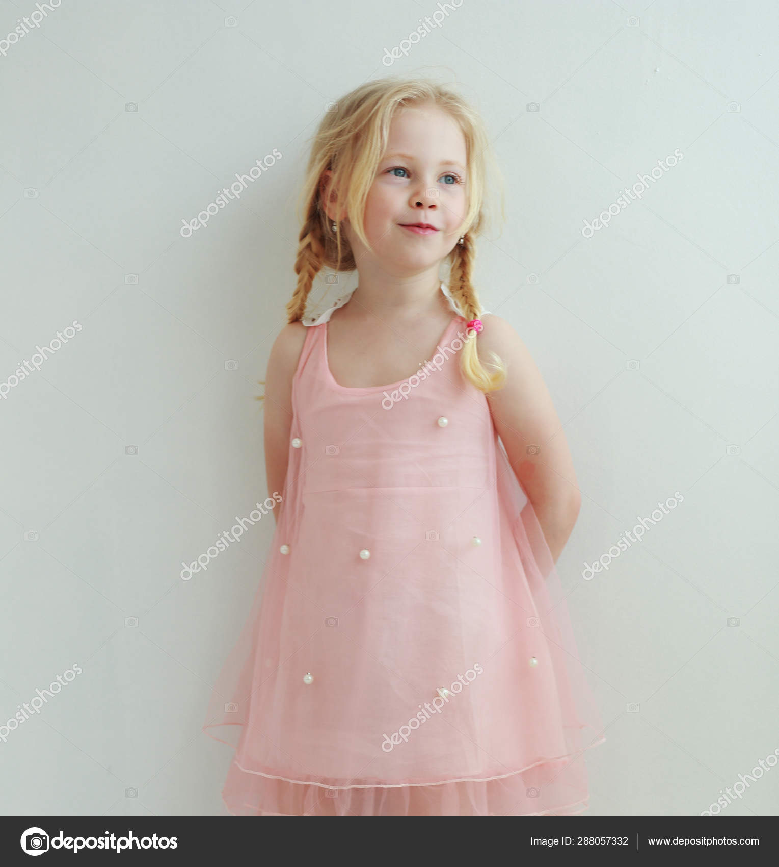 size 40 3032f 83a72 Bella Bambina Con Due Trecce Abito Rosa Pesca — Foto Stock ...