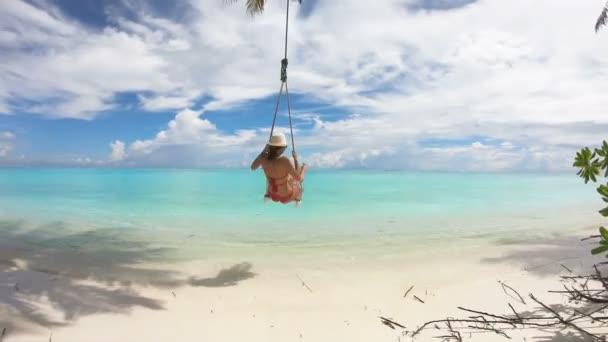 Mädchen schwingt auf Malediven Schaukel, 4k