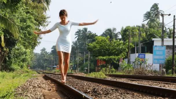 Lány séta a sínek, 4k