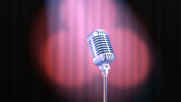 Nagyítás a régi vágású mikrofon és Vörös függöny forgó spotlámpa kötet fényben, gyönyörű, 3d animációja. 4 k Ultra Hd 3840 x 2160. Keresse meg a portfólió lehetőségek