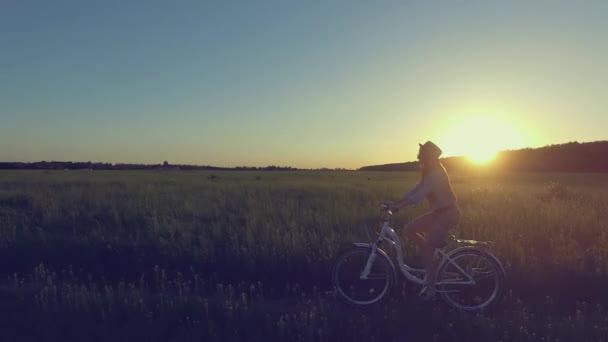Aktív elegáns nő lovagolni a kerékpár a napfény