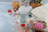 Wellness doplňky pro masáž ve složení na světlém pozadí