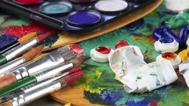 Ecsetek és festékek a rajz, a háttérben a paletta