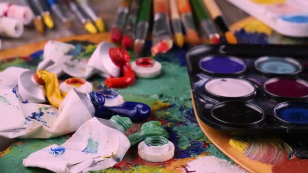 Štětce a barvy pro kreslení na pozadí palety