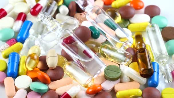 Medizinische bunte Tabletten rotieren auf dem Tisch