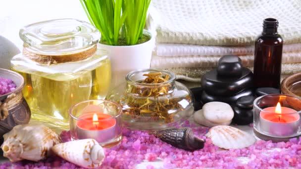 Elemente für die Wellness-Massage in der Zusammensetzung auf dem Tisch