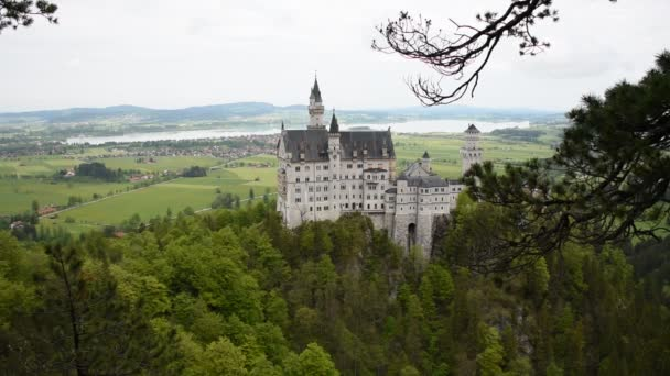 26. Mai 2019: Blick auf das weltberühmte Schloss Neuschwanstein, das romanische Renaissance-Schloss aus dem 19. Jahrhundert, das König Ludwig II. auf einem Felsen erbauen ließ, mit malerischer Berglandschaft bei Füssen - Bayern, Deutschland.