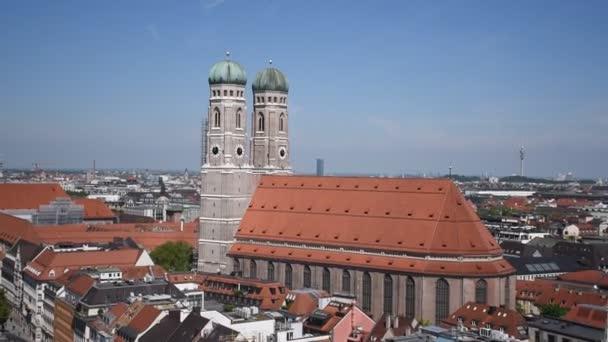 25. Mai 2019 - München von oben gesehen vom Kirchturm von St. Peter. Marienplatz von oben, Einkaufs- und Kulturzentrum, Viktualienmarkt