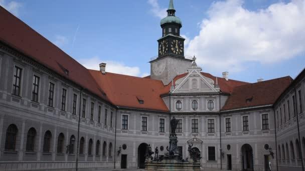 20. Mai 2019 - Münchner Residenzinnenhof, Brunnen mit Bronzestatuen Achteckiger Brunnenhof ist einer der zehn Innenhöfe der Residenz. Der bronzene Wittelsbacher Brunnen in der Mitte wurde 1610 errichtet