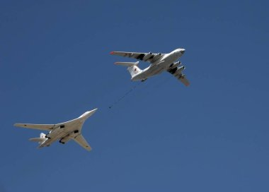 Simulation of refueling in the air of a Tu-160 aircraft from an IL-78 tanker during the Victory Day parade.