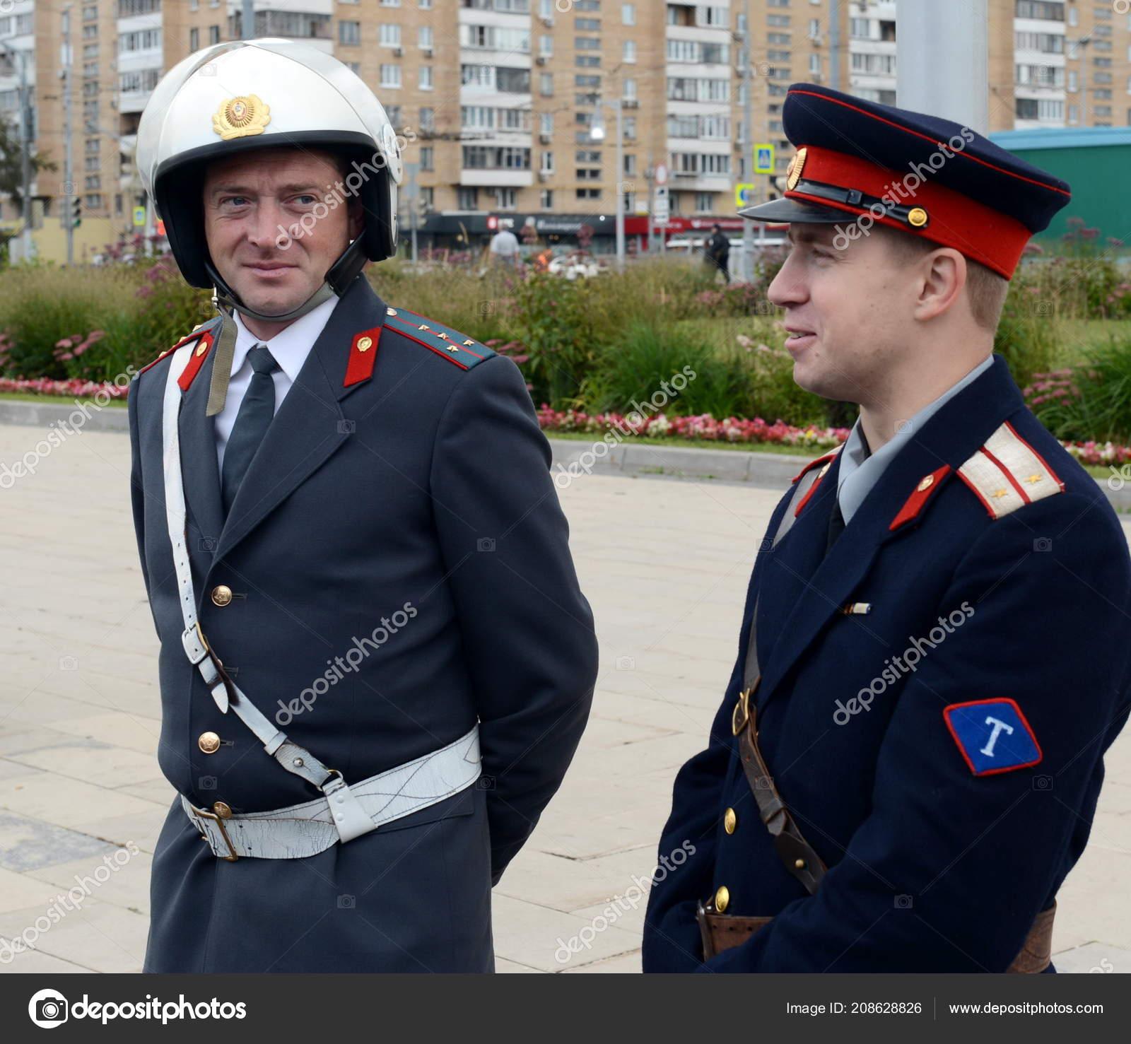 Reconstructors no antigo uniforme soviético de oficiais do serviço de  polícia estrada patrulha na exposição de e5e52e8bfc8fe