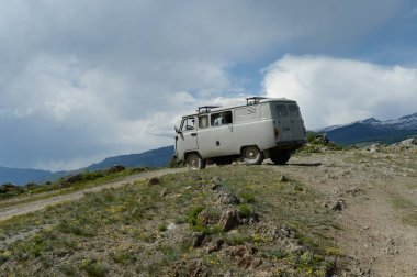 Altay Cumhuriyeti, Rusya 7 Haziran 2018: Araba Kata-Yaryk geçişte. Altay Cumhuriyeti. Sibirya
