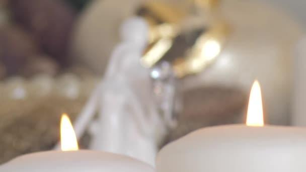Cambiamento dinamico del fuoco da candele di illuminazione a fedi nuziali su ceramica sposa e sposo