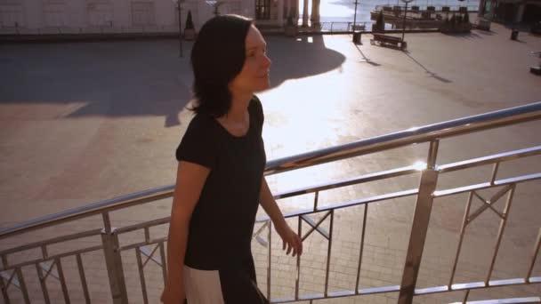 žena schodech proti úžasné město krajina