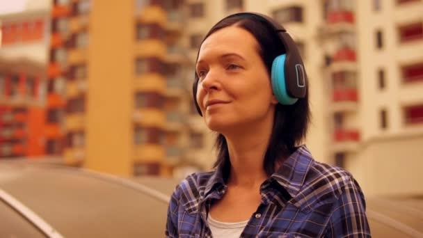 Detail usmívající se ženy těší hudby