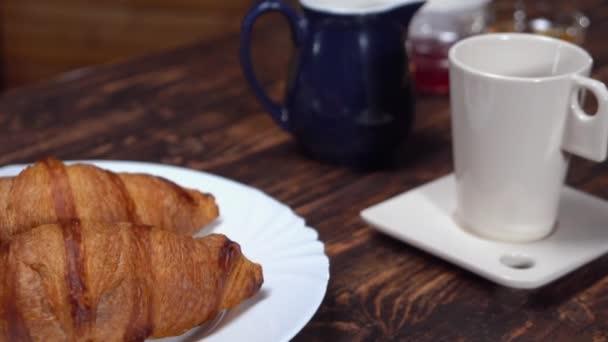 tradiční francouzská snídaně
