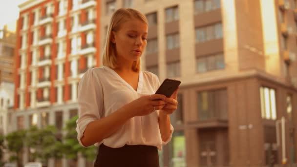 Erfolgreiche Geschäftsfrau Verwendung Smartphone auf der Straße