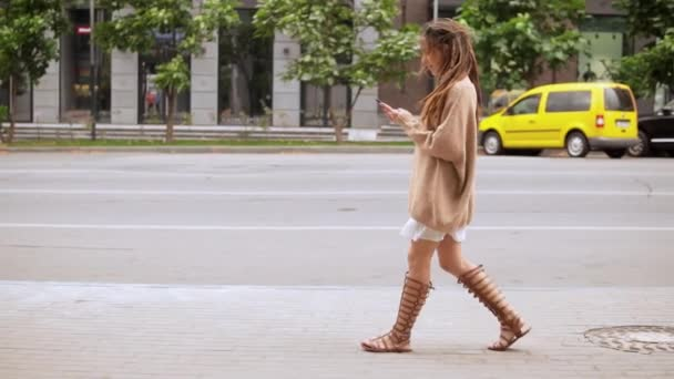dívka u telefonu venku
