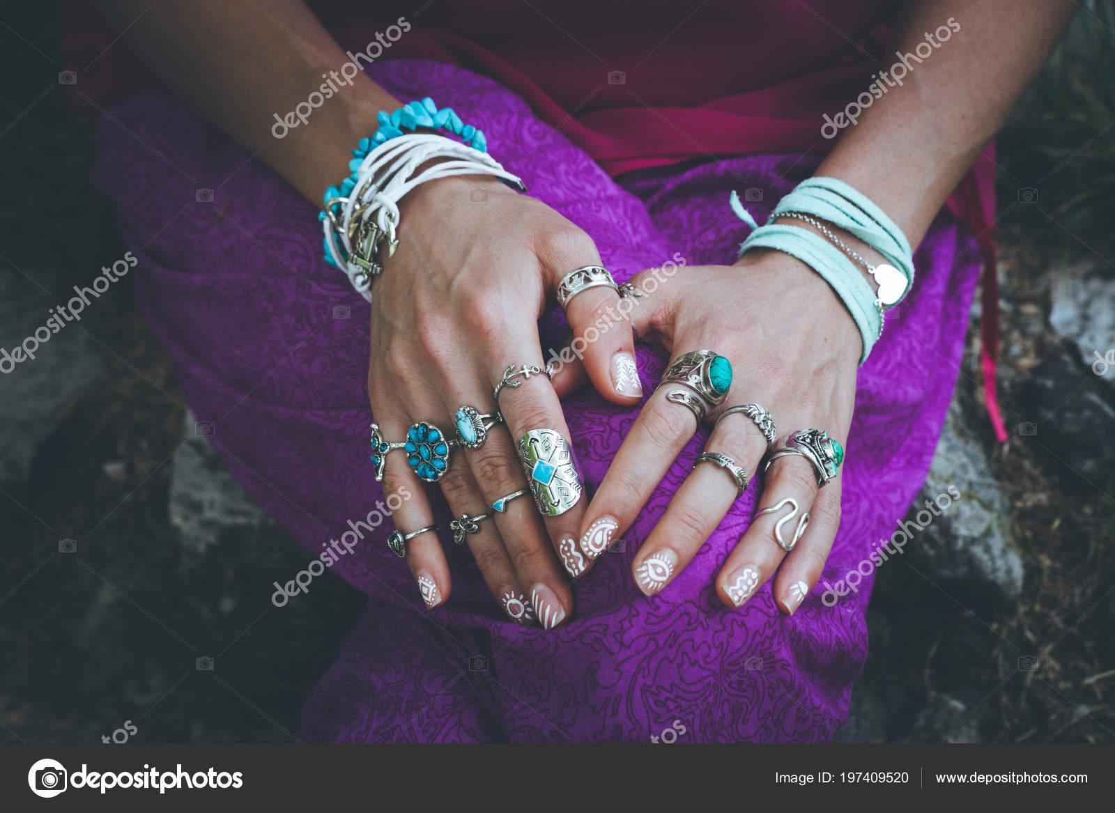 f4f5e0ea36b1 Cerca Las Manos Mujer Joven Con Anillos Accesorios Boho Pulseras ...