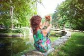 Fényképek fiatal nő gyakorlat jóga szabadtéri Park mellett a tó, a nyári nap egészséges életmód fogalma