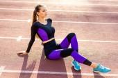 Fotografie Sportlerin Crossfit und Kniebeuge im Stadion