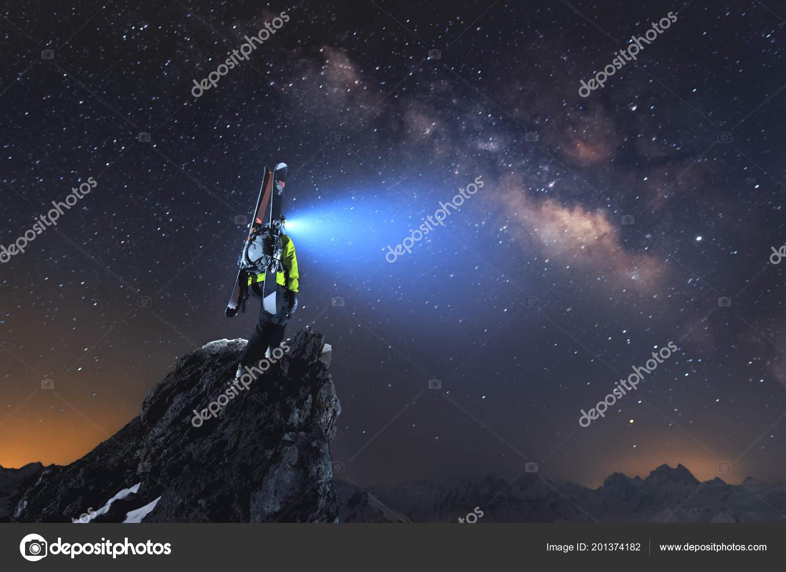 Paisaje Nocturno Un Esquiador De Travesía Profesional Con Una