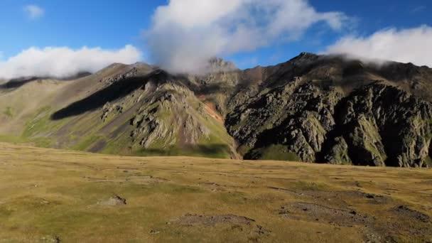 Horizontální panorama skalní stěny hřebene. Létání od zpět. Severní Kavkaz. Rusko