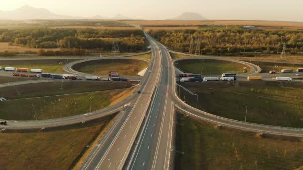 Letecký pohled. Dálnice a nadjezd s osobních a nákladních automobilů. Křižovatce je dvou tier křižovatce za městem. Pohled shora