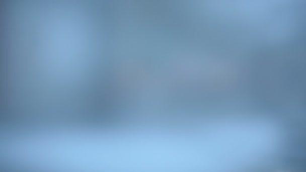 Absztrakt háttér az esti utcán keresztül ködös üvegablakai a kötöttpályás tömegközlekedés homályos tekintettel. A város fényeire Defocus