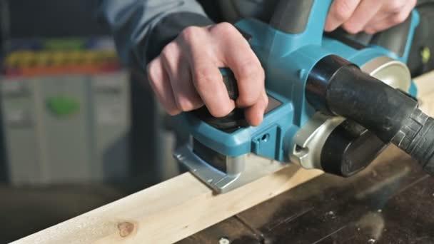 Detail tesaři ruční práci s elektrické letadlo v domácí dílně. Povrchová úprava Dřevěné díly