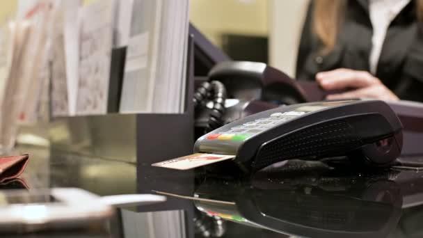 Közelkép terminál kártyaolvasó bankkártyás fizetés. Womans kézzel üzlet fizetési terminál pin-kódot adja meg. Banki szolgáltatások, az elektronikus pénz. A bankkártya használata